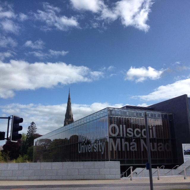 Η βιβλιοθήκη του Πανεπιστημίου είναι φτιαγμένη από γυαλί και ξύλο και θυμίζει Σκανδιναβία. Αντικατοπτρίζει το γύρω της χώρο, τον ουρανό, αλλά και τους φοιτητές που στέκονται μπροστά στις τζαμαρίες και φωτογραφίζονται.